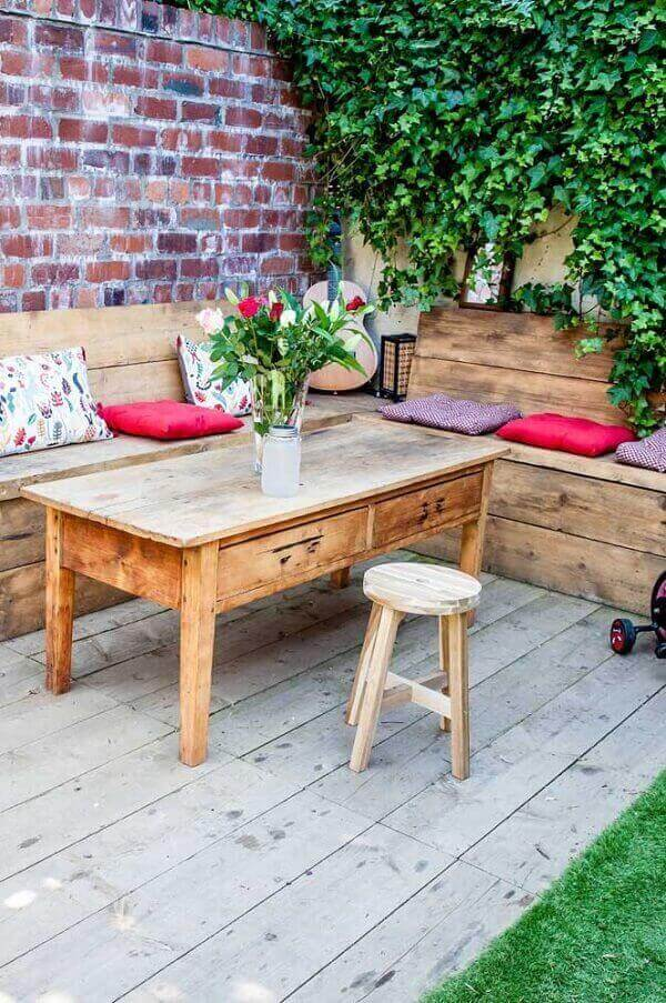 Small leisure area with table and pallet bench