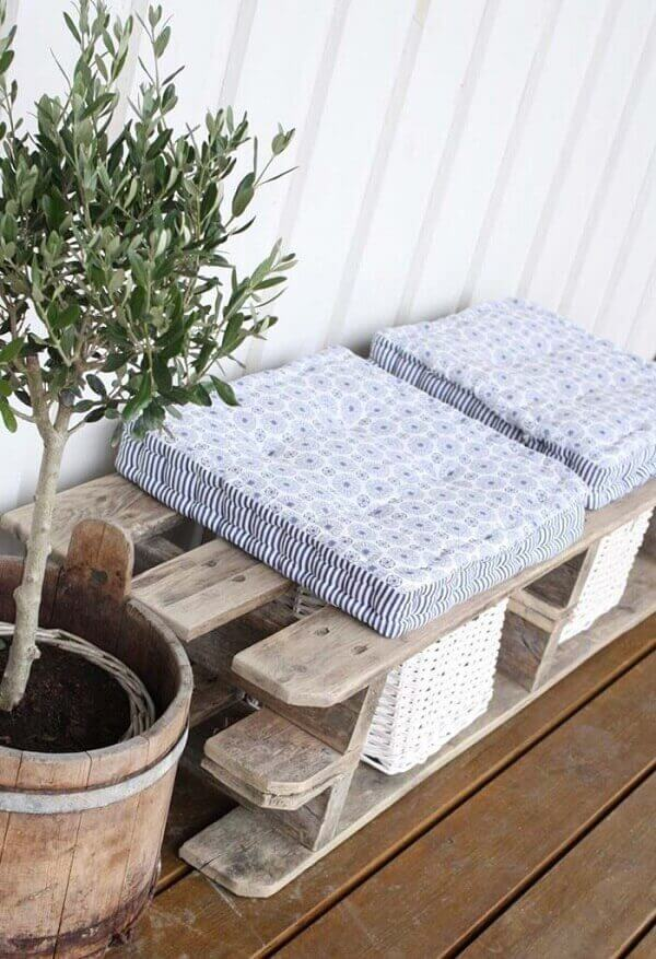 The futon pillows are soft and bring comfort when sitting on the pallet bench