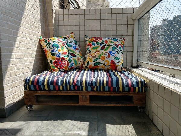 Pallet bench for the balcony