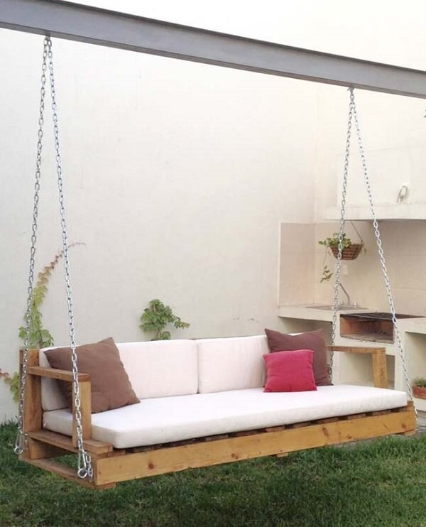 Suspended pallet bench with back