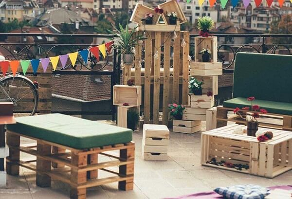 Fair boxes and pallet form a beautiful decoration