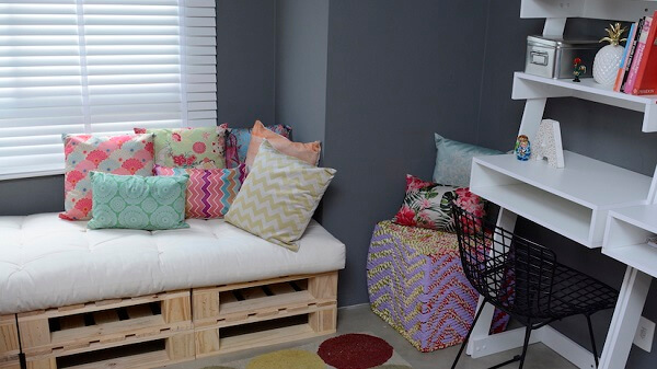 Decorate the room with pallet bench
