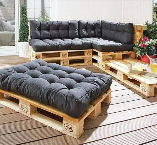 Decorate simply and cheaply using pallet furniture