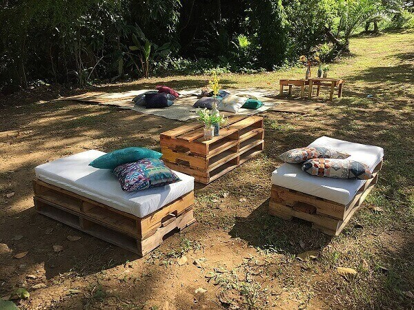 Decorate your small play area with table and pallet benches