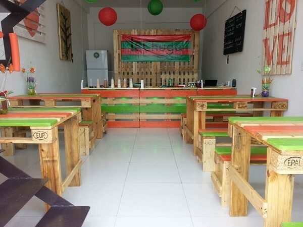 Commercial establishment with table and pallet bench