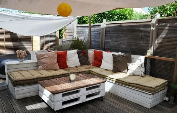 Relaxed and decorated lounge with pallet bench