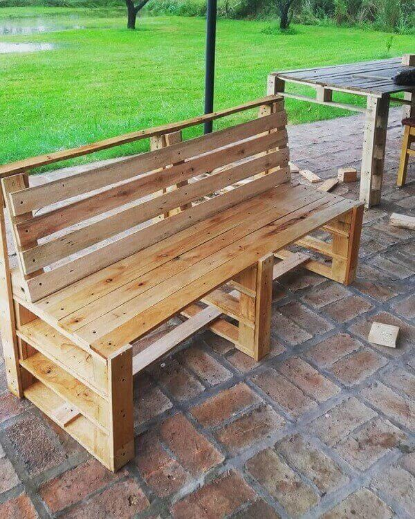 Pallet bench model accommodates two people