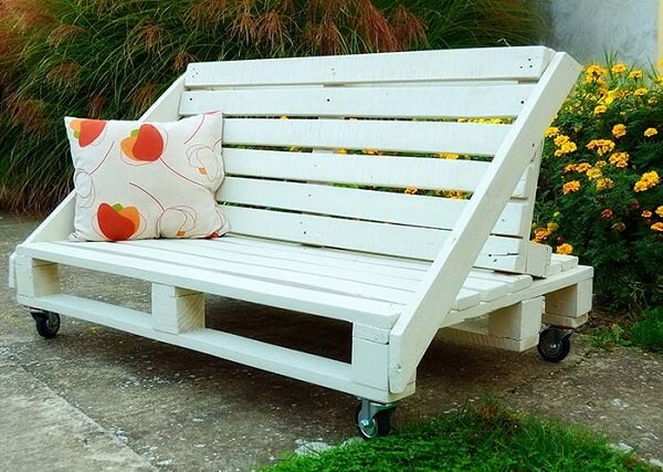 It is possible to sit on both sides on this pallet bench