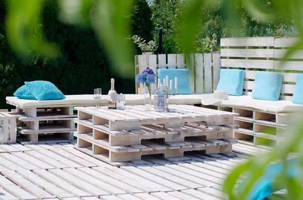 Build a beautiful lounge with a pallet bench