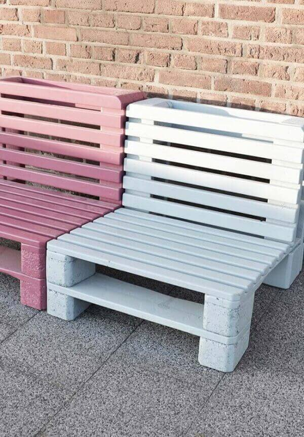The finish on the pallet bench can make all the difference in decoration