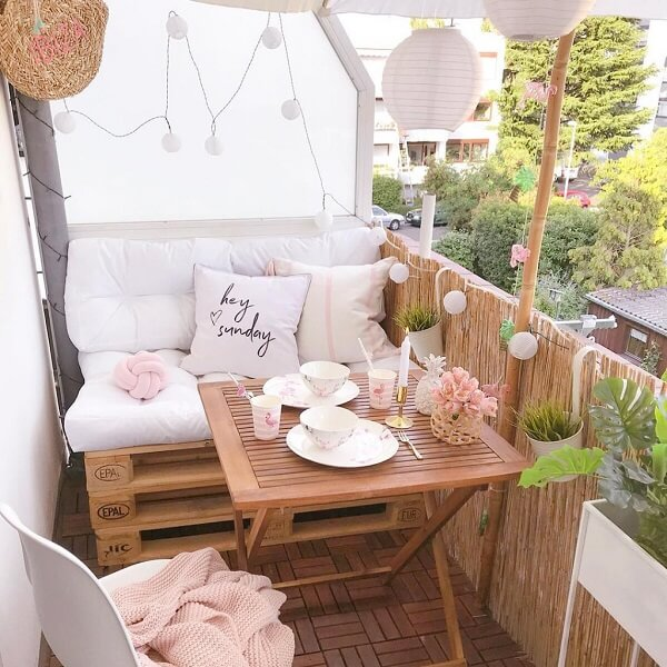 The pallet bench is perfect for small balcony