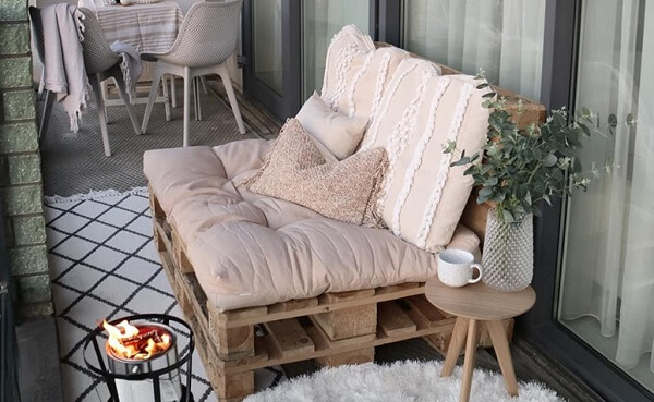 The pallet bench brought charm to the balcony