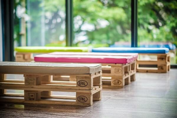 Use colored cushions on the pallet bench