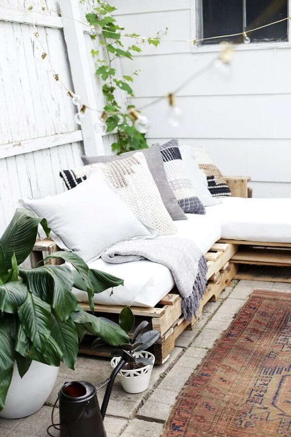 Decorate sustainably using pallet bench