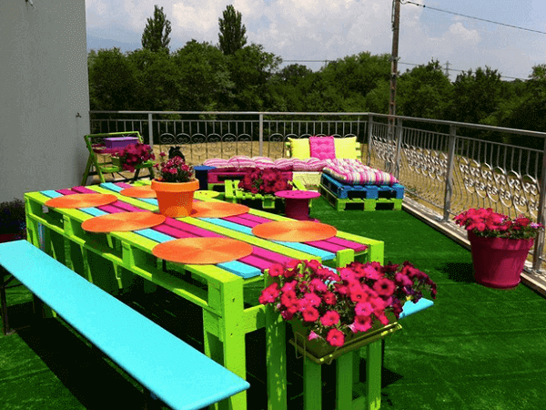 Cheerful decor with pallet furniture