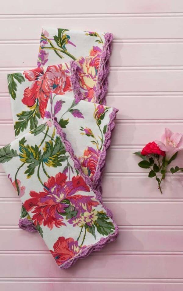 Guardanapo de crochê floral com bico de crochê