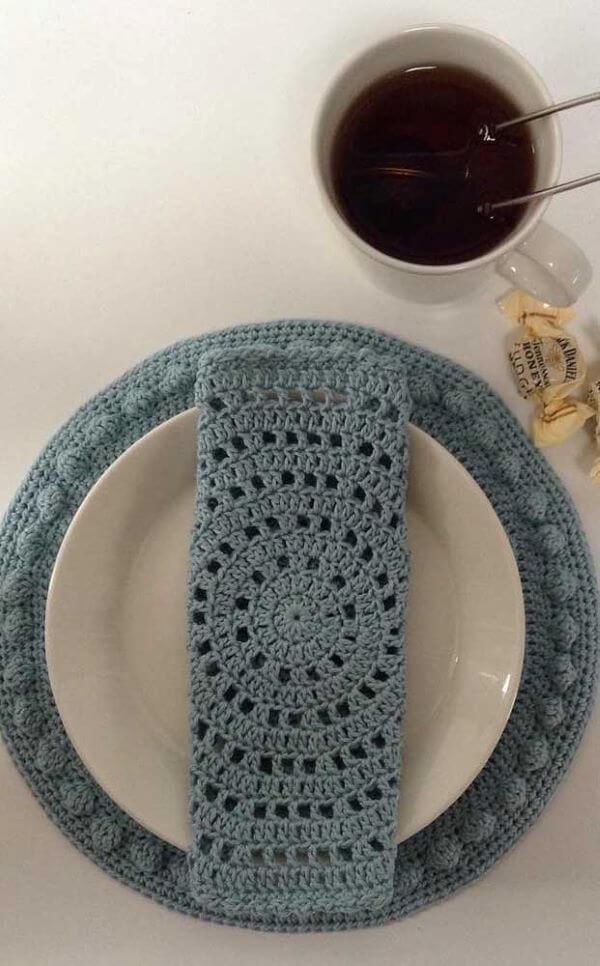 Guardanapo de crochê azul para mesa posta