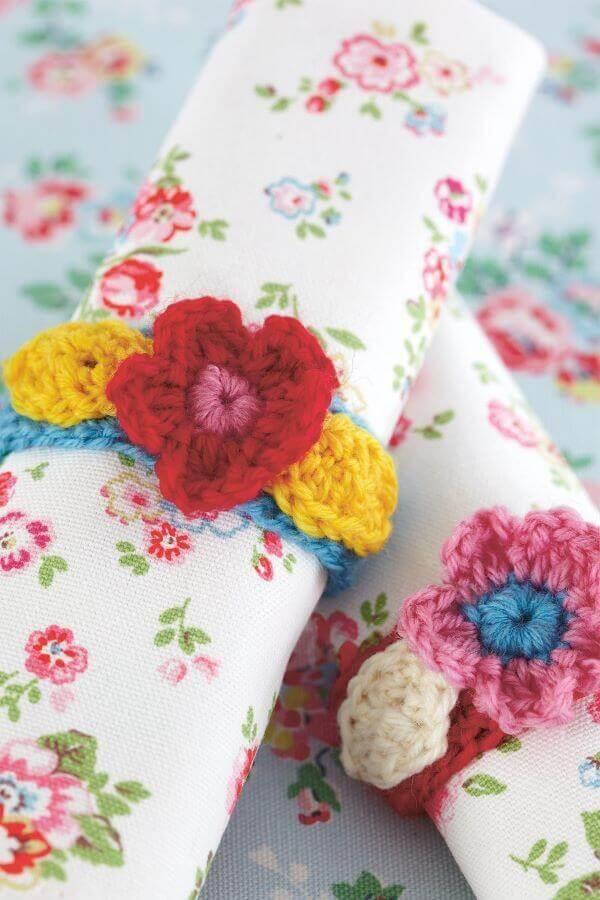 Guardanapo de crochê com flor vermelho