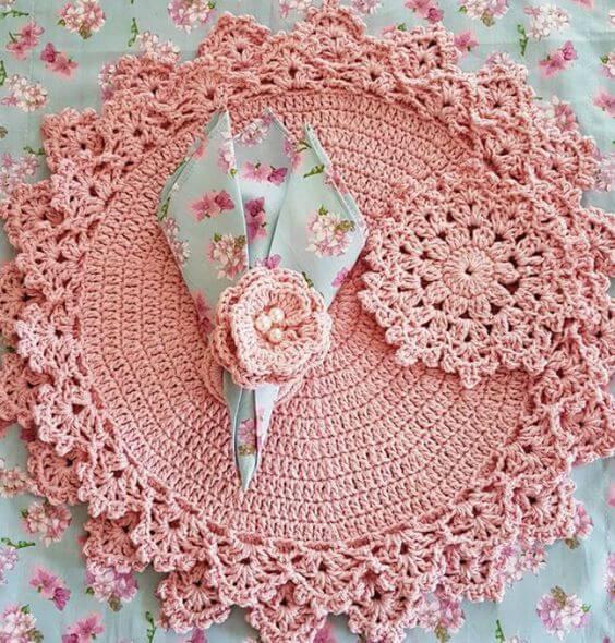 Guardanapo de crochê rosa com porta guardanapo e sousplat iguais