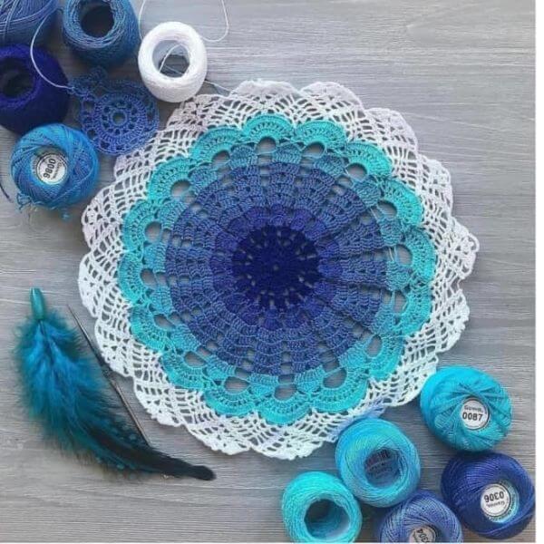 Guardanapos de crochê para estante azul e branco