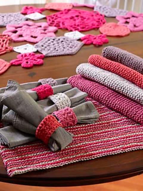 Jogo de guardanapo de crochê em tons de rosa e cinza