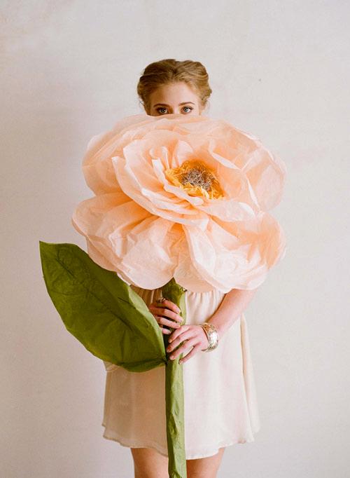 Flores de papel de seda gigantes para decorar sua casa