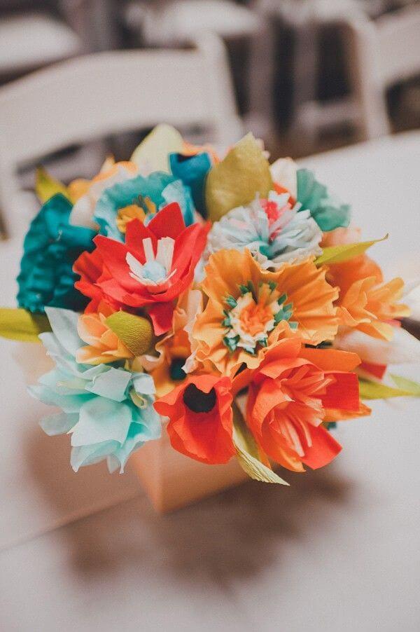 Vaso de flores para festa com flores de papel de seda