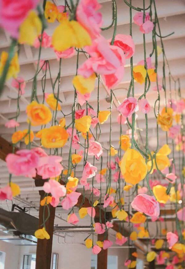 Decore o teto com flores de papel de seda