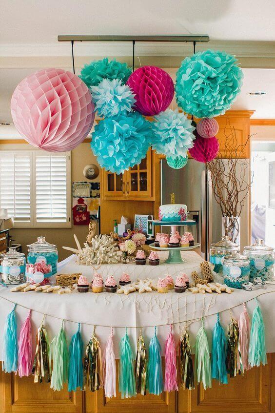 Festa decorada com flores de papel de seda coloridas
