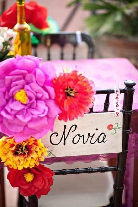 Flor de papel de seda colorida para decorar festa de casamento