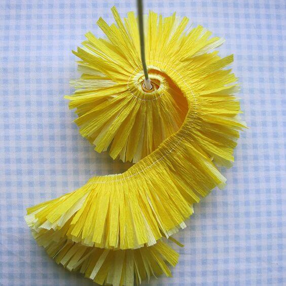 Flores de papel de seda amarela