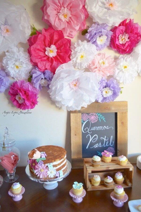 Veja como usar as flores de papel de seda grandes para decorar sua festa