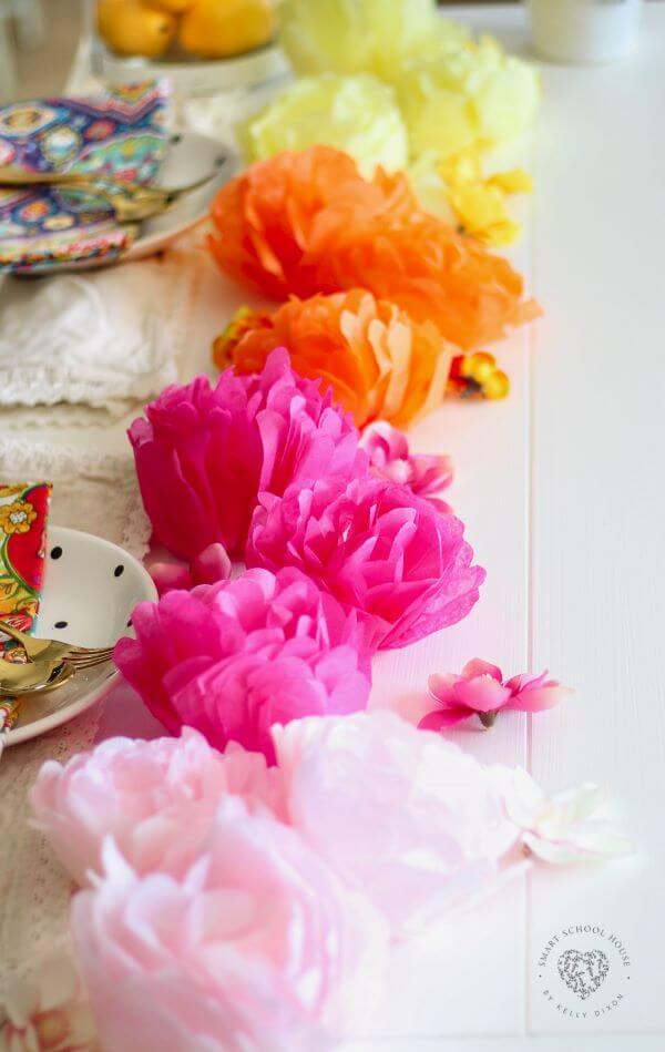 As flores de papel de seda também podem ser usadas para decorar a mesa dos convidados
