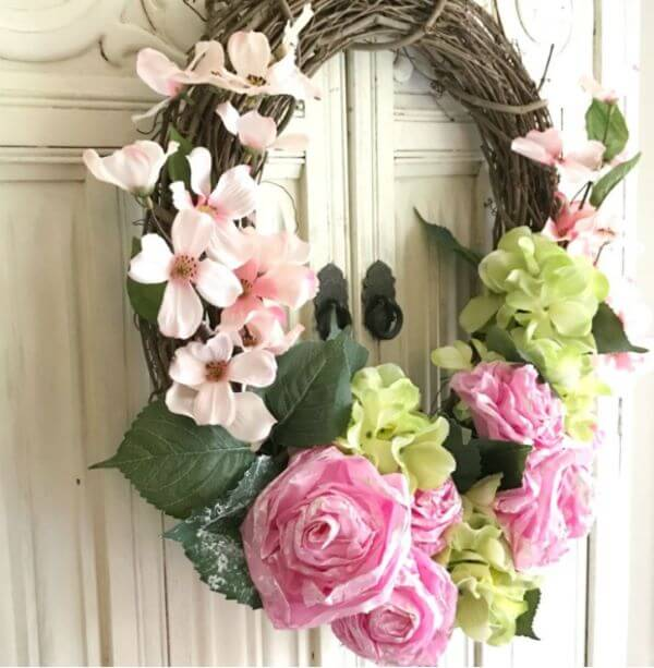 Flores de papel de seda para decorar a porta de casa