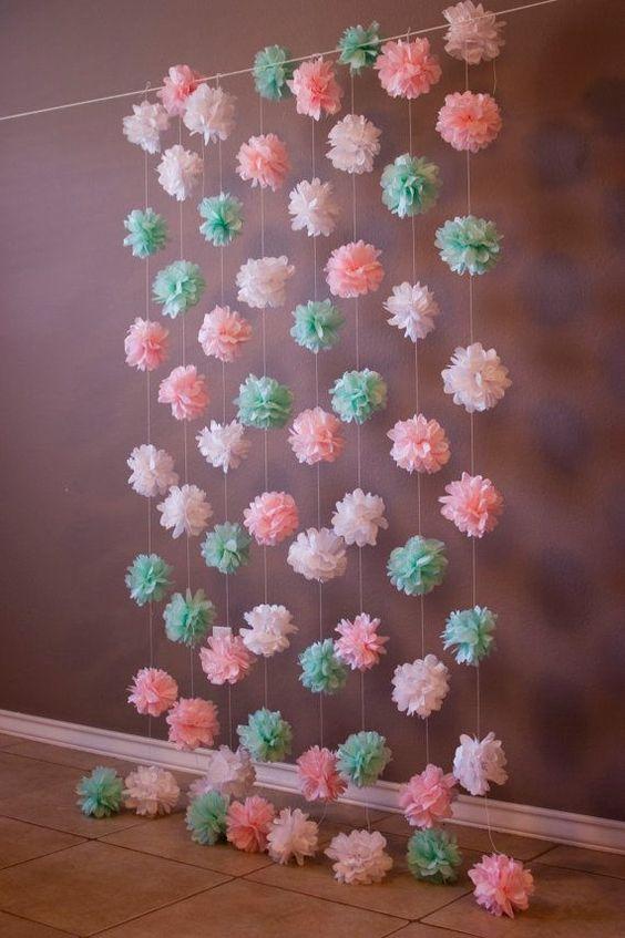 Que tal fazer uma cortina de flores de papel de seda para decorar sua casa?