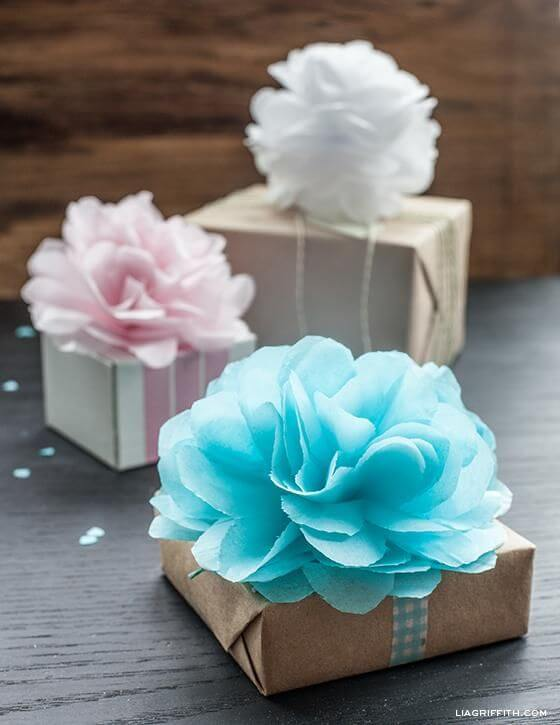 Presentes decorados com flores de papel de seda