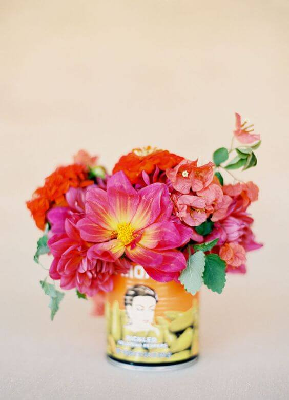 Vaso com flores de papel de seda coloridas