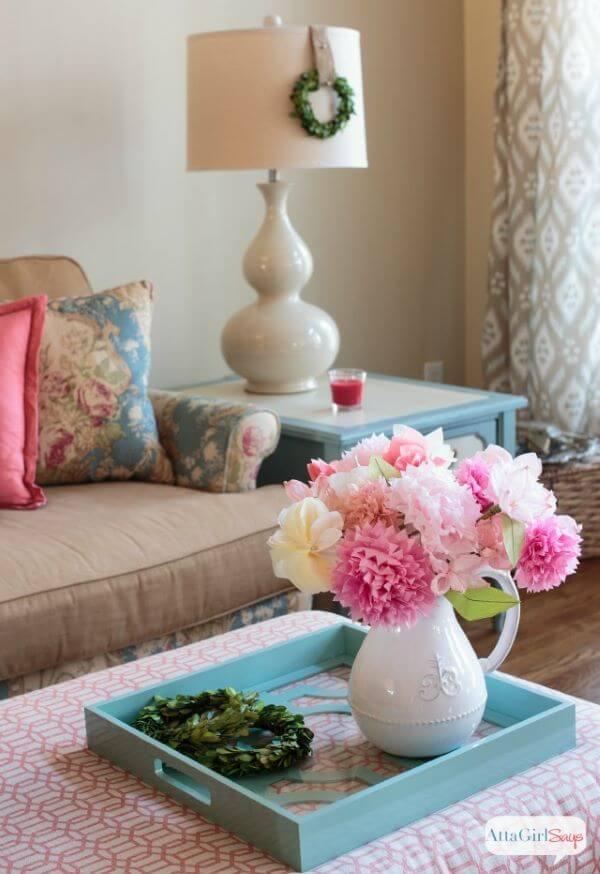 Sala decorada com flores de papel de seda