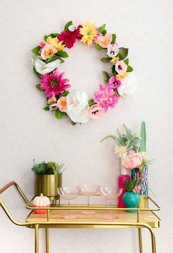 Bar de casa decorado com flores de seda