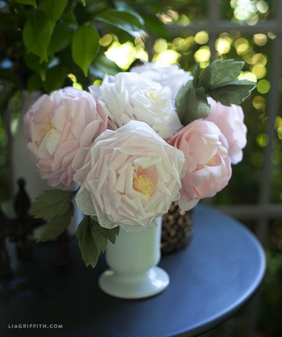 Arranjo com flor de papel de seda branca