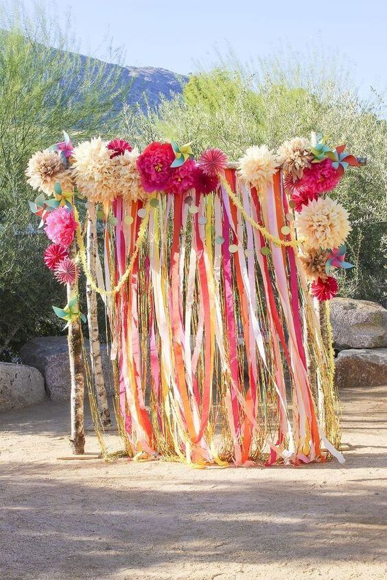 Arco de flores de papel de seda para festa