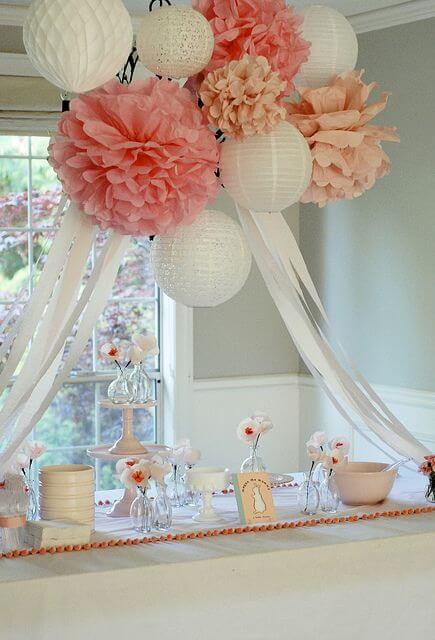 Casa decorada com flores de papel de seda no teto