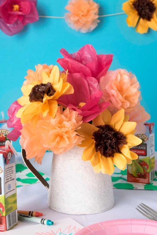 Decoração com flores de papel de seda coloridos