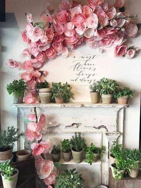 Decoração com flores de papel de seda na parede