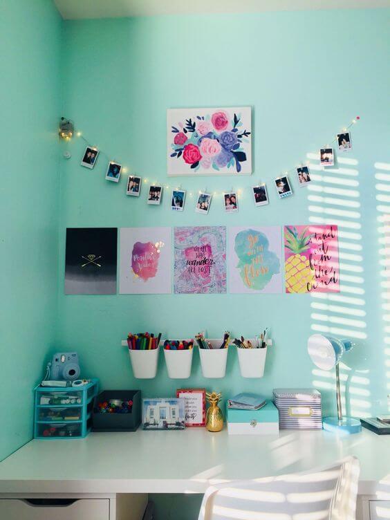 Varal de fotos com pisca pisca no quarto