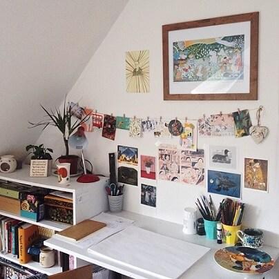 Varal de fotos com outros itens de decoração na parede