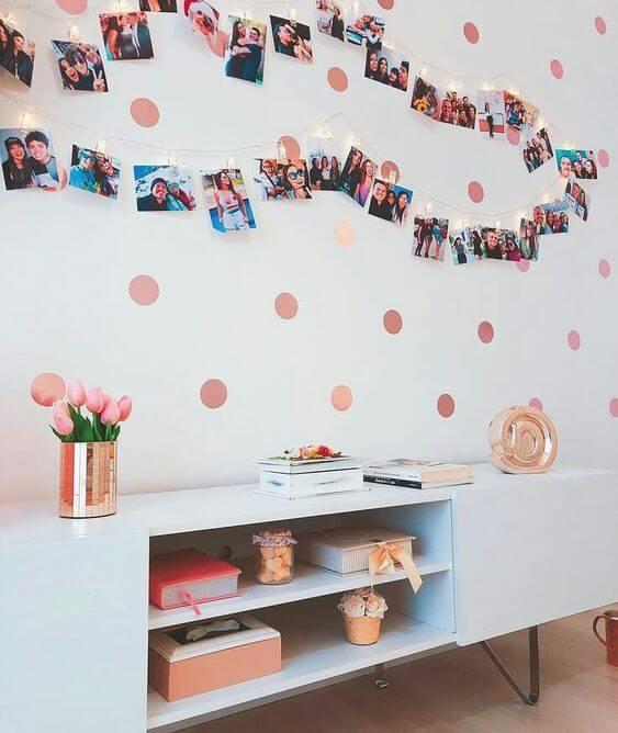 Varal de fotos na sala de estar