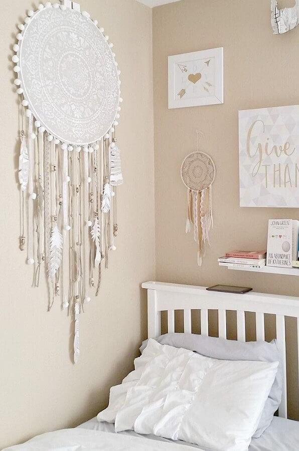 decoração para quarto com filtro dos sonhos grande e pequeno ao lado da cama Foto Yandex