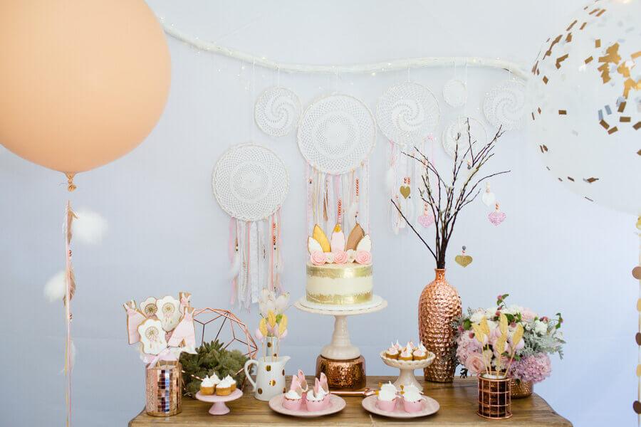 festa de aniversário decorado com cores claras e filtros dos sonhos Foto Pinterest