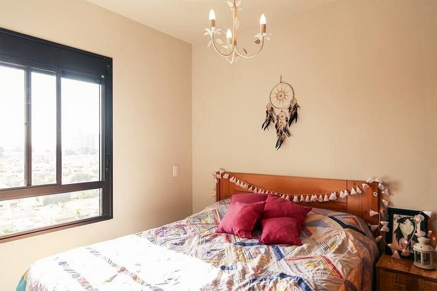 decoração simples para quarto com filtro dos sonhos pequeno e cabeceira de madeira Foto Minimalista